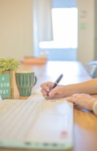 取材をしながらノートを取るライター