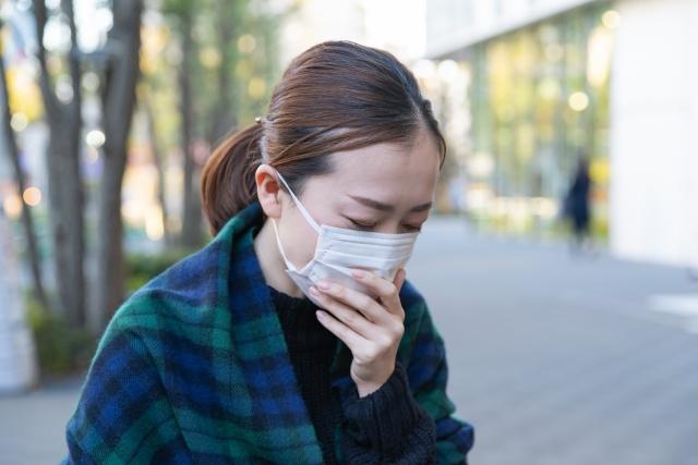 コロナ禍でマスクをする女性